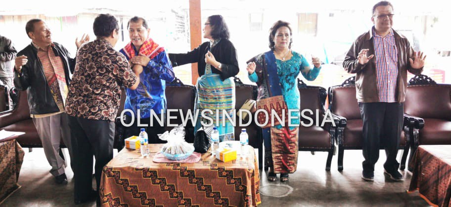 Ket foto : Bupati Karo Terkelin Brahmana saat di berikan kain Ulos (kain Khas Karo) dari Panitia dalam acara RAT CU BAHAGIA KE 39 Tahun di Jambur Lige Kabanjahe, Sabtu (15/02) 2020 (Ist)