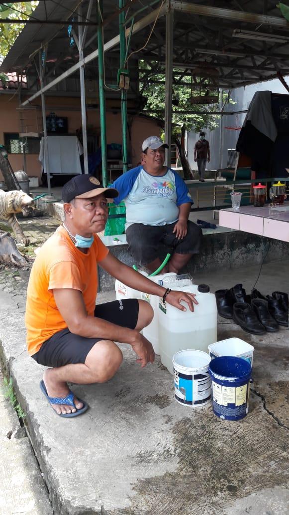 Foto : Nanang,seorang anggota Polri yang peduli mengantisipasi penyebaran wabah covid-19 tampak  lagi menyiapkan bahan disinfektan untuk dibagi gratis buat warga RT 04 RT 27 Kelurahan Pejuang Kota Bekasi.,Rabu(25/03/2020)