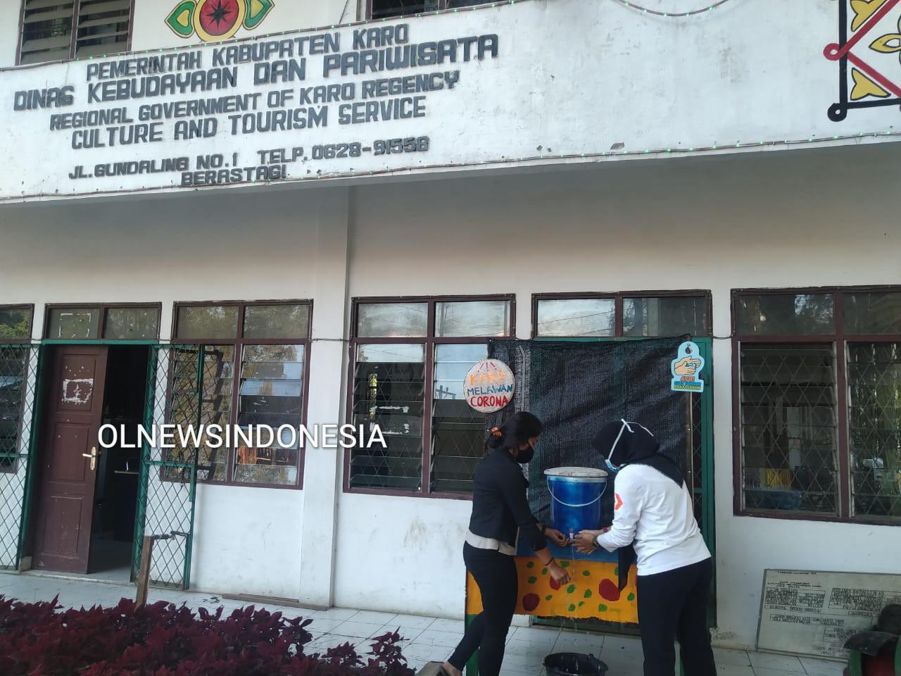 Ket foto : Didepan Kantor Pariwisata Kabupaten Karo memasang sarana sanitasi cuci tangan bagi warga, Rabu (15/03) 2020 (Ist)