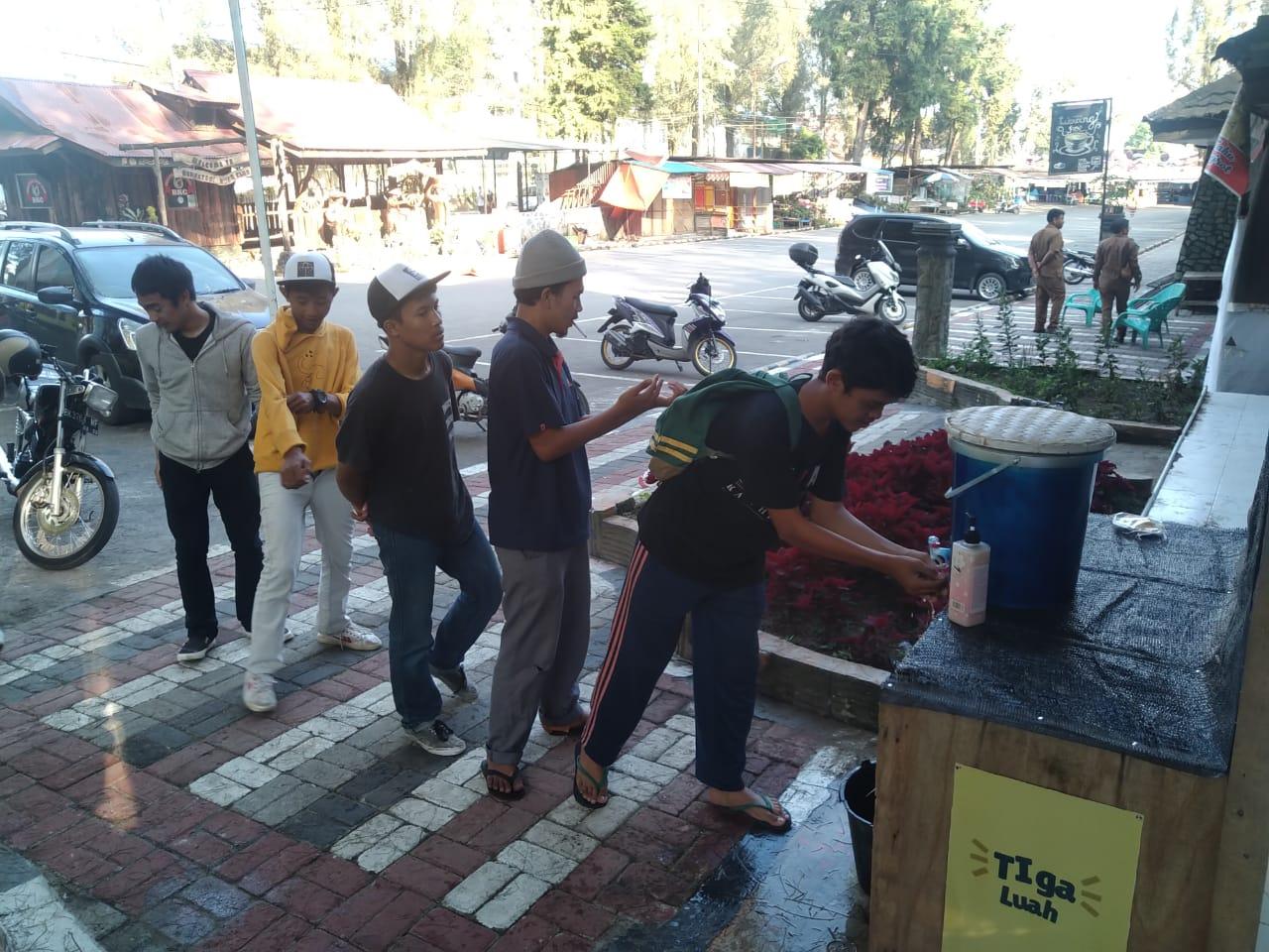 Ket foto : tampak warga mencuci tangan yang telah di pasang oleh pihak Dinas Pariwisata Kabupaten Karo di area parkir Taman Mejuah Juah Berastagi Kabupaten Karo, Rabu (15/03) 2020 (Ist)