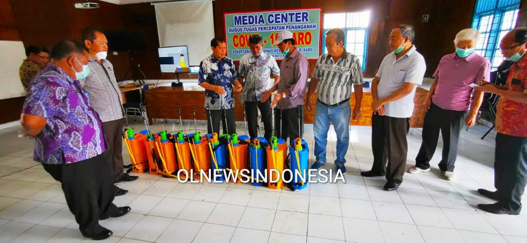 Ket foto : Bupati Karo Terkelin Brahmana SH, MH menerima bantuan alat Sprayer dari Tokoh Etnis Tionghoa Kabanjahe di Posko Gusta Covid-19 jalan Selamat Ketaren Kabanjahe, Kamis (26/03) 2020 (Ist)