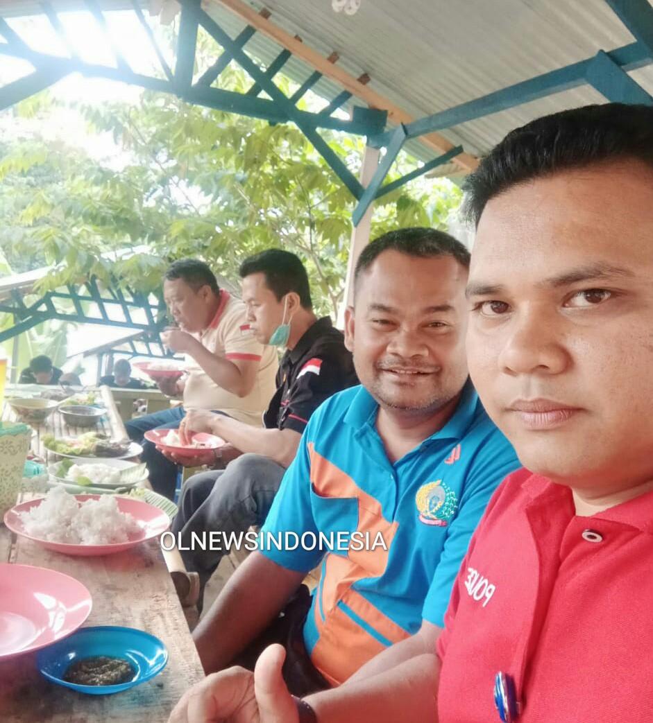Ket foto : Ka. Rutan Kabanjahe Enjat Lukmanul Hakim dan Stafnya saat makan siang bersama PJTK di Kolam Pancing Desa Barung Kersap, Sabtu (28/03) 2020 (Ist)