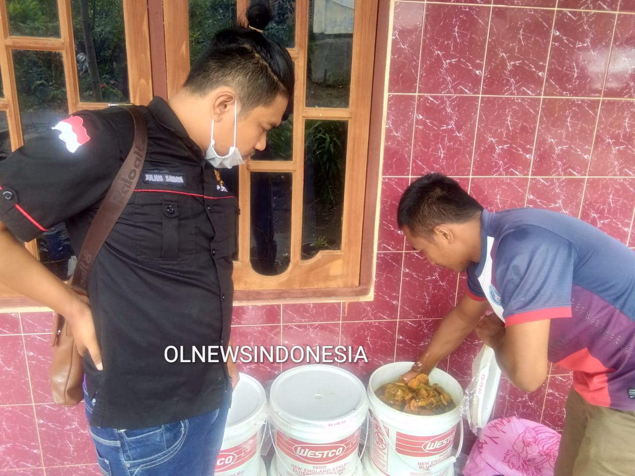 Ket foto : Adi Pranata Sebayang saat menunjukkan dan mengajari teknik pembuatan Eco Enzyme yang terbuat dari  bahan  limbah Buah dan sayuran  di Desa Barung Kersap, Kecamatan Munte Kabupaten Karo, Sabtu (28/03) 2020 (Ist)