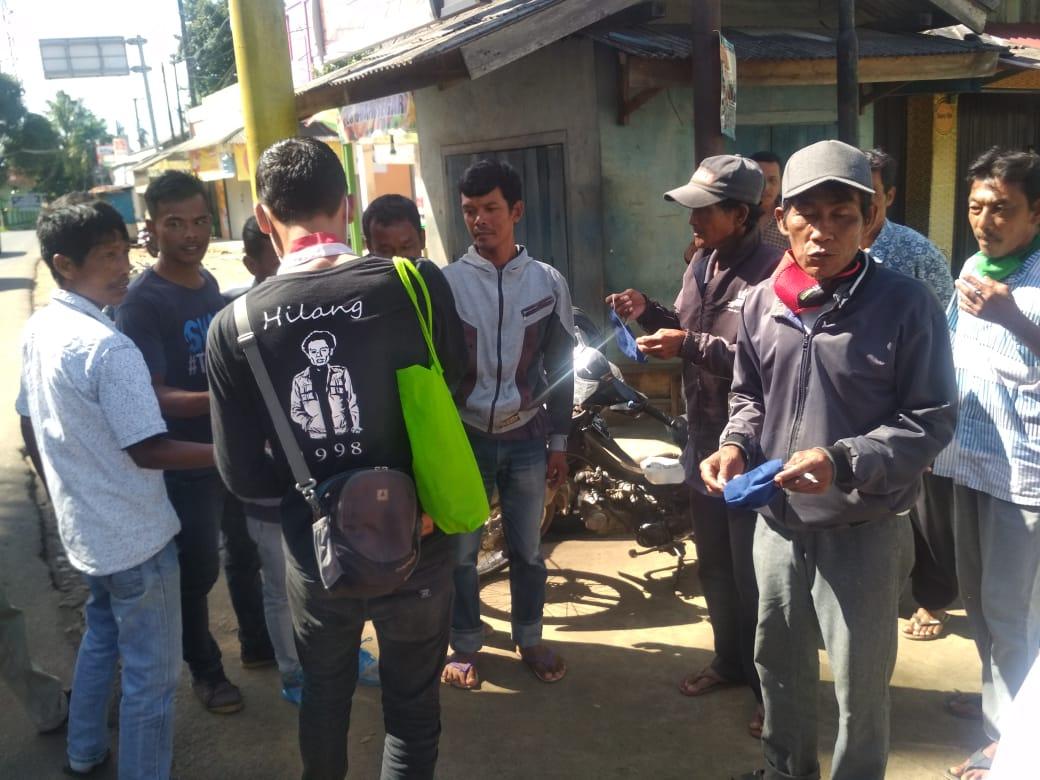 ket poto: dampak terlihat Anggota DPC GMNI Pandeglang sedang membagikan Masker dan handsanitaizer gratis kepada tukang ojek (31/03)