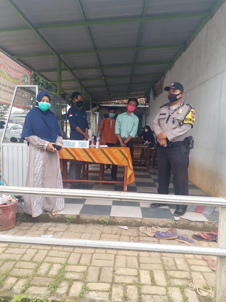Foto bhabinkamtibmas bripka haerudin sedang memberikan arahan ke  wakil ponpes modern shofia tidjani