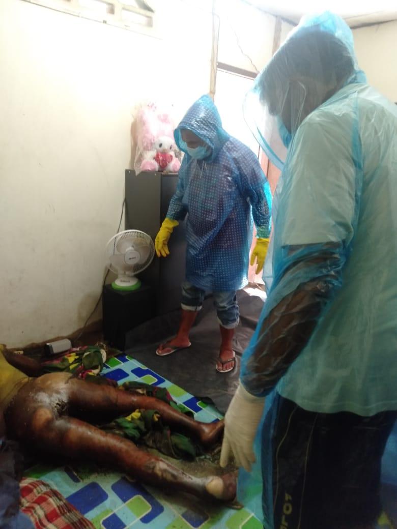 Ket foto : Korban saat ditemukan tidak bernyawa lagi di dalam usaha saloon nya, Jumat (10/04) 2020 (Ist)