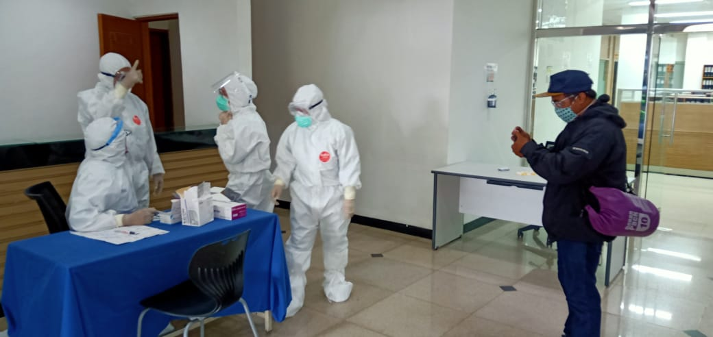 Ket foto: Cahyat kontributor iNews, yang masih sempat mengambil gambar tim medis, ketika sebelum rapid test Covid-19 karyawan PT JS Jakarta Berlangsung.