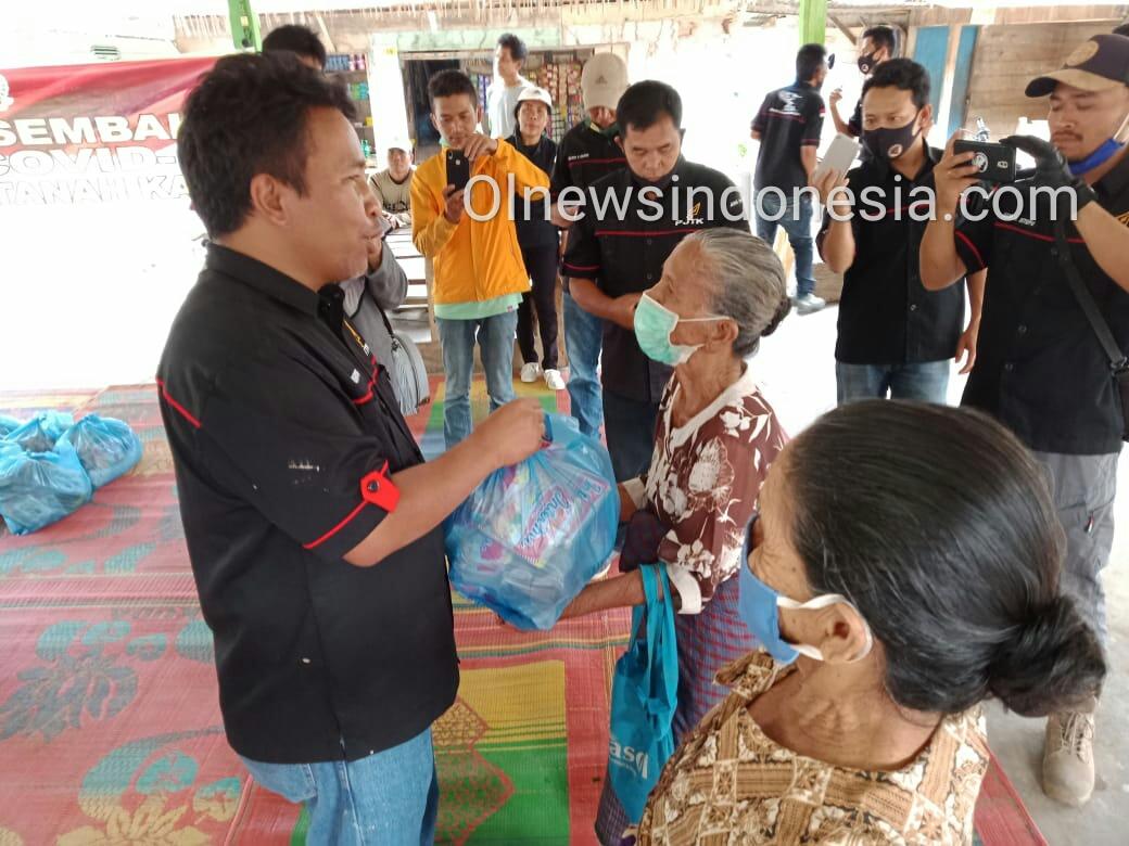 Ket foto : Penasehat PJTK Kabupaten Karo, Osaka Hendra Ginting memberikan Paket Sembako Kepada Para Lansia di Lost (Aula) Desa Kecamatan Juhar, Kamis (22/05) 2020 (Ist)