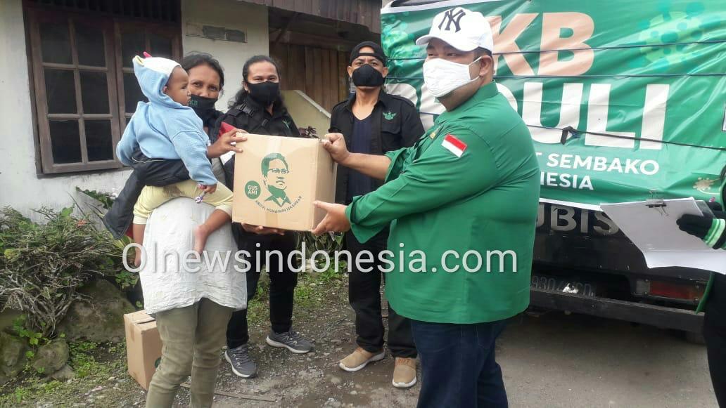 Ket foto : Ketua DPC PKB Hektor Pompido Surbakti saat memberikan Paket Sembako Kepada salah satu warga Desa Kutambaru Kecamatan Tiganderket Kabupaten Karo, Kamis (21/05) 2020 (Ist)