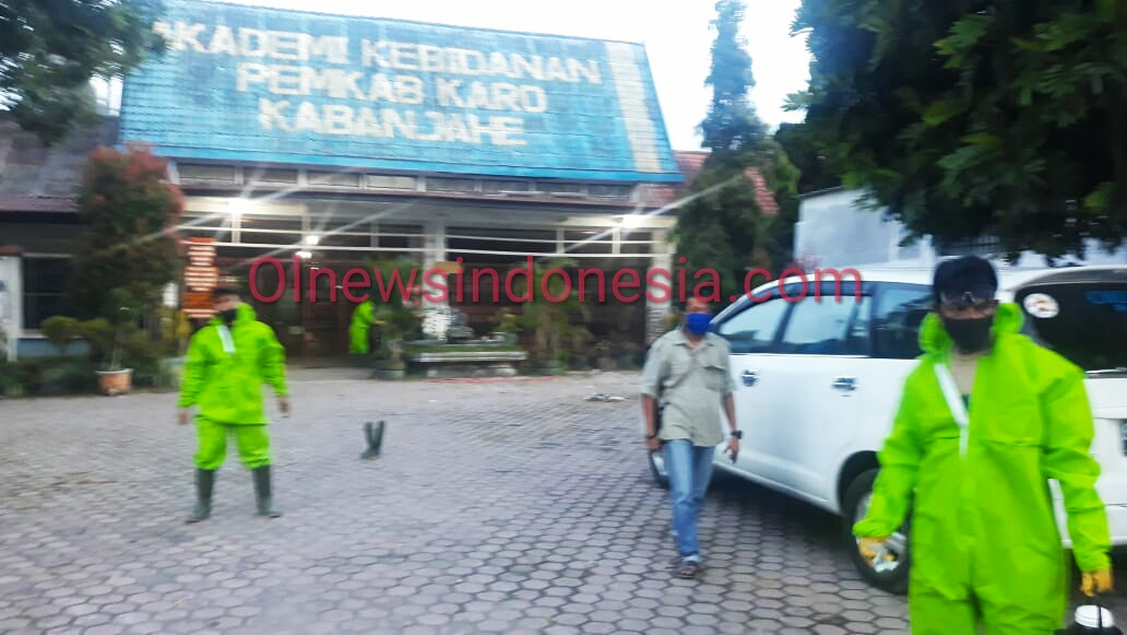 Ket foto : tampak pemerintah Desa dan Relawan Covid-19 bersama tim Satuan Gugus Tugas Pemkab Karo mengevakuasi keluarga Alm SUT dari kediaman nya untuk di Isolasi ke Gedung Akbid Pemkab Karo,Kabanjahe Sabtu (30/05) 2020 (Ist)