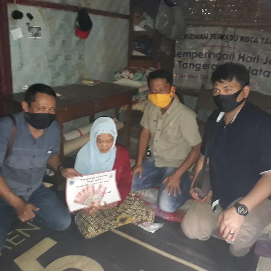 Ket poto: dari Kiri Iswandi Kepala Desa Mekarsari, Camat Bojong H.Endin Haerudin, serta perwakilan dari Poksek Bojong, saat di Rumah ibu Kulsum yangvsakit lumpuh di kp Pamatang Buah 31/05