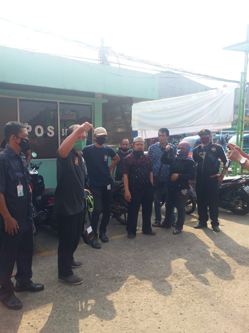 Foto :  Para Pedagang Di Pasar Tohaga Unit Cileungsi meminta ketegasan Muspika Cileungsi dalam penerapan aturan Dan Perda secara adil kepada Pedagang .