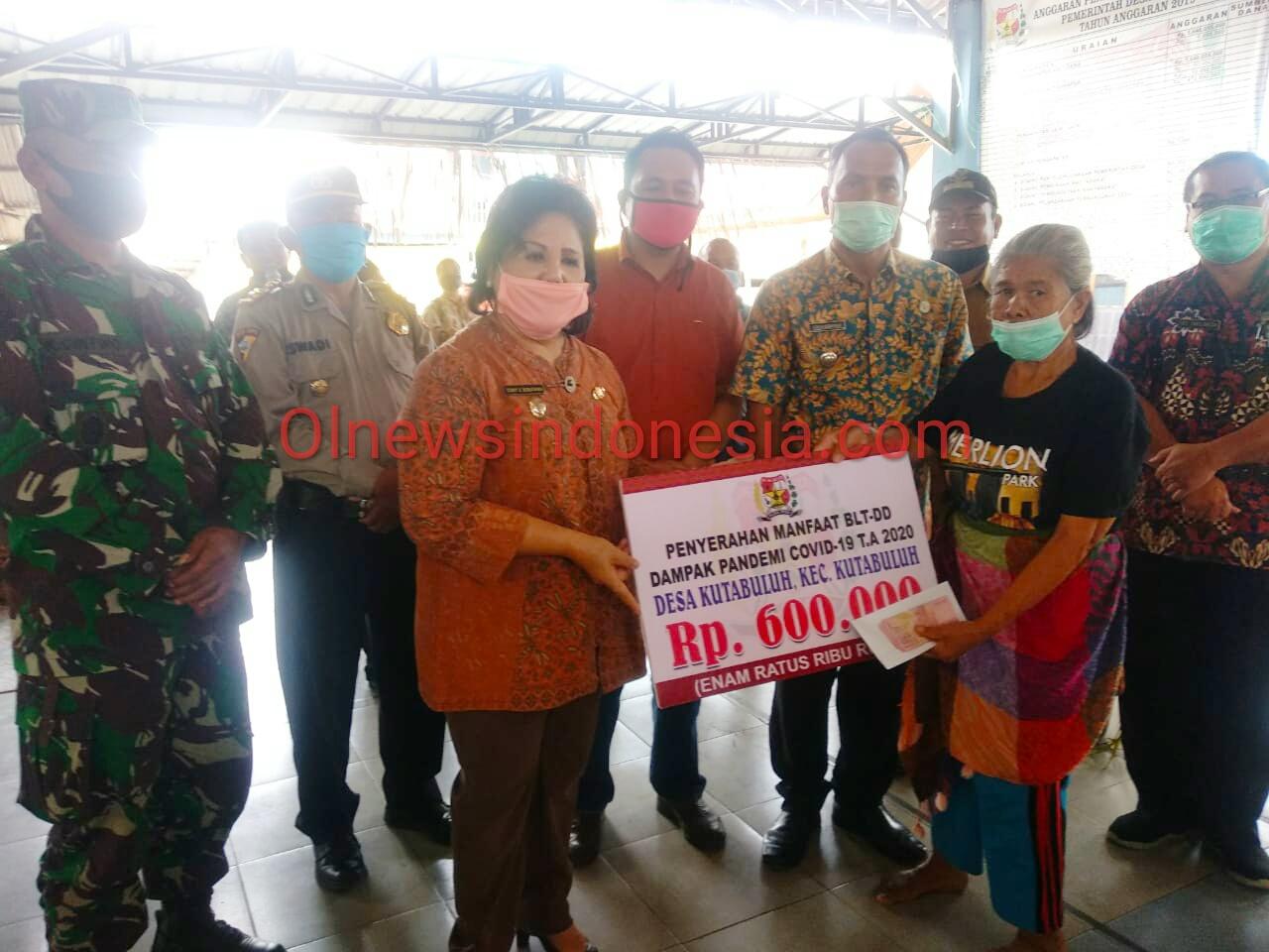 Ket foto : Tampak Wakil Bupati Karo Cory Seriwaty Br Sebayang Memberikan Bantuan BLTDD  secara simbolis di Desa Kuta Buluh Kecamatan Buluh (12/06) 2020 (Ist)