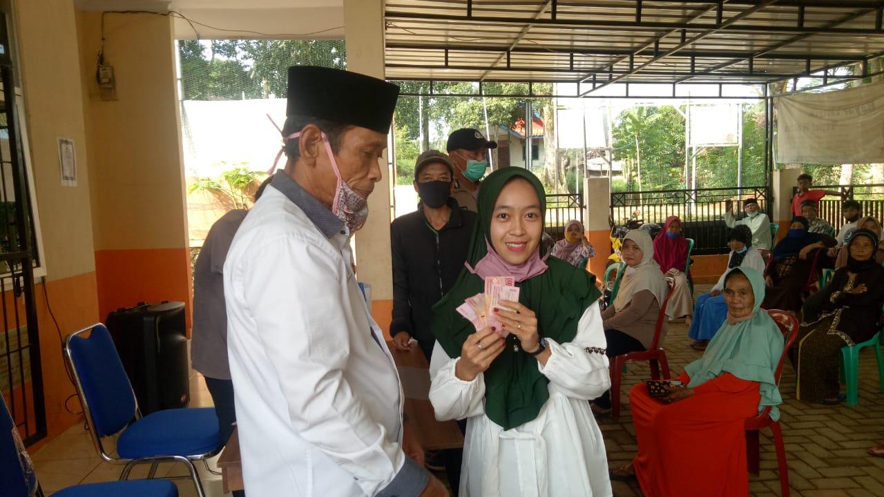 Ket poto : dari kiri Kepala Desa Sampangbitung Kecamatan Jiput Kholil Rohman saat menyerahkan Bantuan Langsung Tunai kepada Warga bertempat di Kantor Desa 17/06
