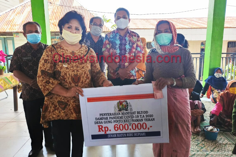 Ket foto : tampak warga yang mengikuti undangan Reses Anggota DPRD Karo Dodi Sinuhaji di Desa Sempajaya Kecamatan Berastagi Kabupaten Karo, Jumat (26/06) 2020 (Ist)