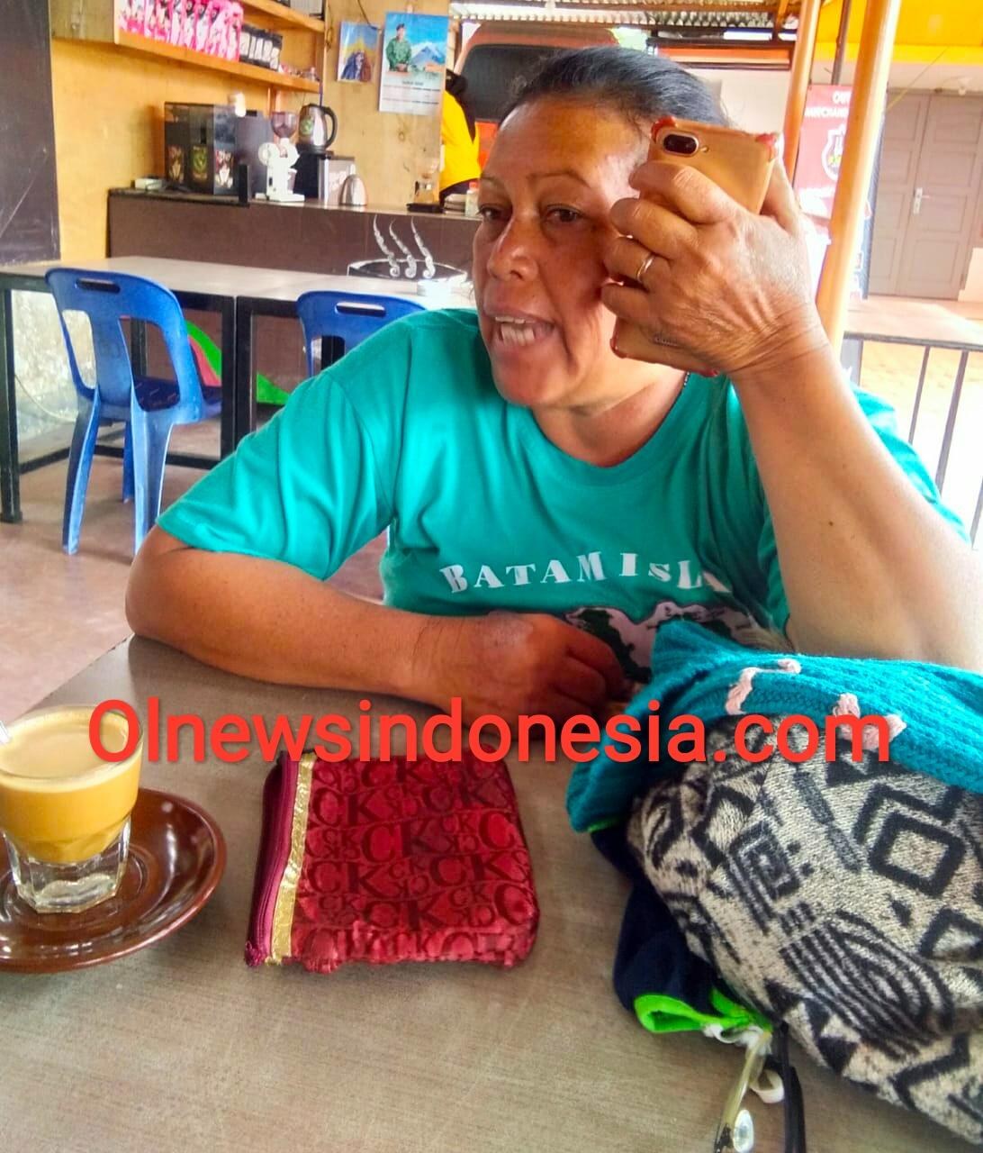 Ket foto :  Orang Tua (Ibu) dari Perawat Dr Daniel Perangin Angin saat menelepon anak nya yang sedang di Isolasi di  RSUD Kabanjahe, Minggu siang didepan para awak media (28/06) 2020 (Ist)