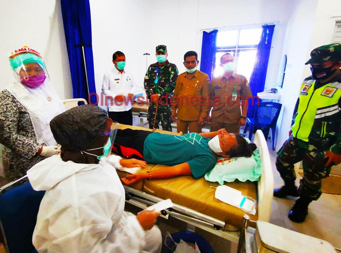Ket foto : Bupati Karo Terkelin Brahmana SH MH bersama Dandim 0205/TK saat memantau pasien pemasangan  Akseptor Di Puskesmas Kabanjahe, Senin (29/06) 2020 (Ist)