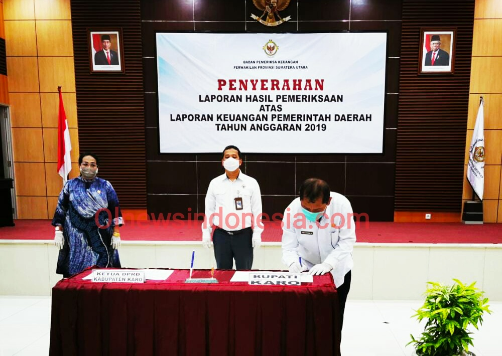 Ket foto  : Bupati Karo Terkelin Brahmana SH MH saat menandatangani penyerahan Laporan Keuangan Pemda tahun anggaran 2019 di Medan Sumut, Senin (29/06) 2020 (Ist)