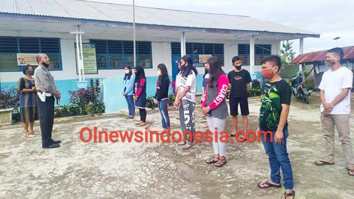 Ket foto : Iptu Juli Anto Tarigan salah satu Alumni SMPN Payung saat memberikan pengarahan dan ucapan selamat kepada para Siswa/i yang berprestasi di Desa Payung Kecamatan Payung Kabupaten Karo, Jumat (10/07) 2020 (Ist)