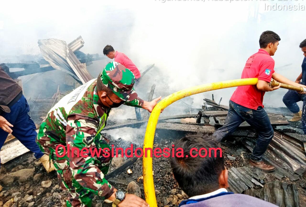 Ket foto : tampak Petugas Damkar Pemkab Karo, TNI dan warga saling bahu membahu memadamkan Api, Jumat (17/07) 2020 (Ist)