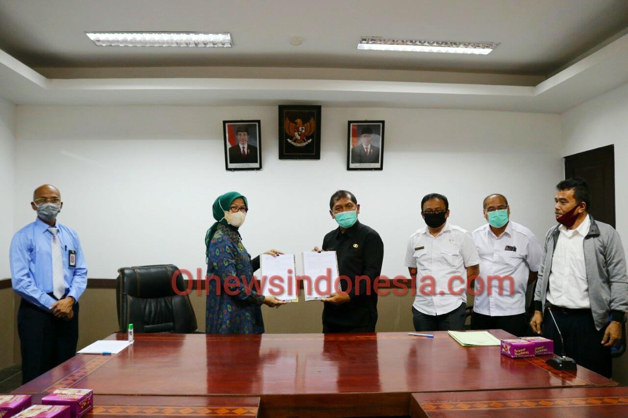 Ket foto  : Bupati Karo Terkelin Brahmana SH MH saat memperlihatkan berkas penandatanganan perjanjian kerjasama dengan Kementerian Keuangan Republik Indonesia Direktorat Jendral Pajak wilayah Sumut di ruang rapat Kantor Bupati Karo, Rabu (22/07) 2020 (Ist)