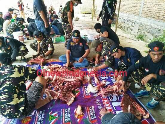 Ket foto : Tampak Jajaran PC GP Ansor Kabupaten Karo saat melakukan pemotongan daging Qurban di Sekretariat PC GP Ansor Kabupaten Karo di Kabanjahe, Minggu (02/08) 2020 (Ist)