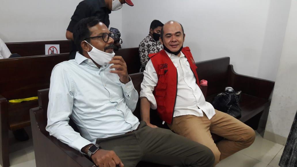 Foto : Terdakwa,Romi R bersama Pengacaranya,Haris Azar.SH bersama