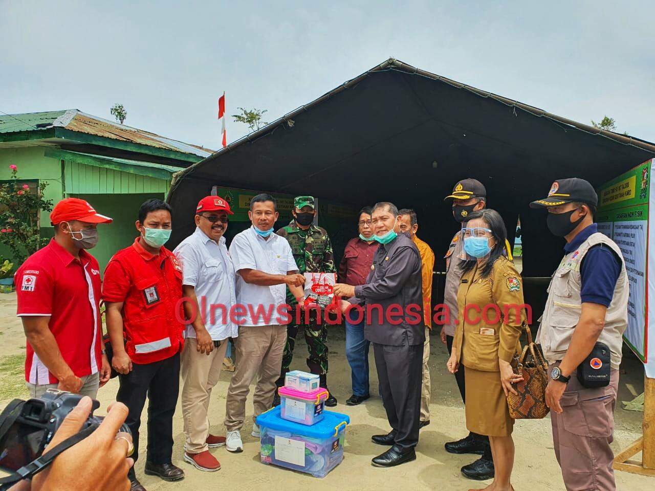 Ket foto  : tampak Bupati Karo Terkelin Brahmana SH MH saat menerima secara simbolis bantuan dari  Ketua PMI Kabupaten Karo, (Ist)