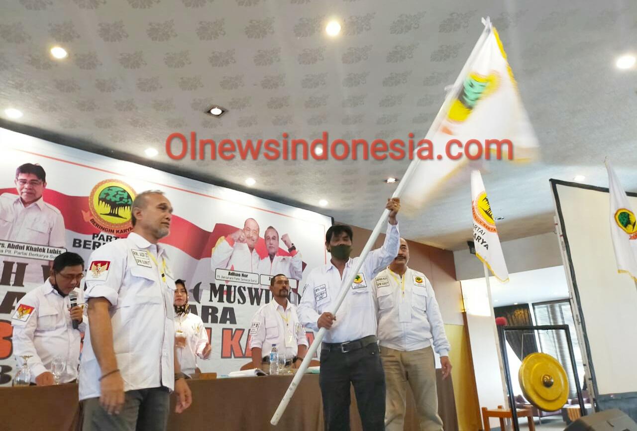 Ket foto  : Ketua Terpilih Partai Beringin Berkarya Sumut Tirta Yasa Sembiring saat mengibarkan Bendera/Pataka Di hadapan seluruh kader partai yang digelar di Hotel Mikie Holiday Berastagi Kabupaten Karo, Sabtu) 29/08) 2020 (Ist)