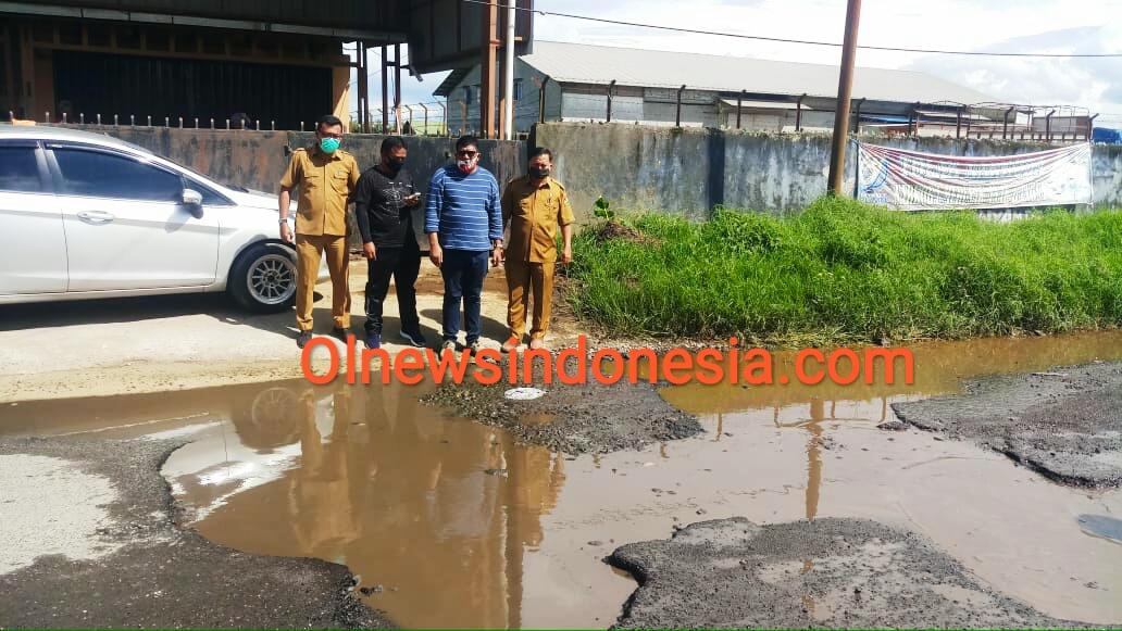 Ket foto : tampak jalan yang belum di benahi Saat di kunjungi anggota DPRD Karo Bersama Kadis PUPR Kabupaten Karo, Senin (14/09) 2020 silam