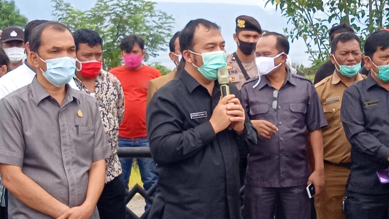 Foto : Saut Martua Tamba (pegang Mix) selaku Pimpinan DPRD Samosir beserta koleganya menemui Formapera dan mengajak berdialog di ruang Aula DPRD.