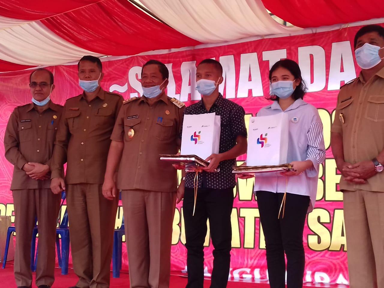Foto : Bupati, Wakil Bupati Samosir, Kadisdik Samosir dan UPT SMA/SMK menyerahkan secara simbolis kepada Mahasiswa penerima Bansos Beasiswa