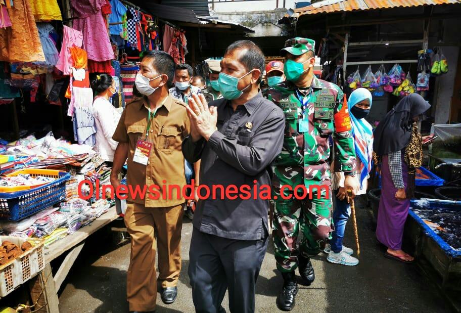 Ket foto : Tampak Bupati Karo Terkelin Brahmana SH MH beberapa waktu lalu lakukan sidak Masker ke Pusat Pasar Kabanjahe (Ist).