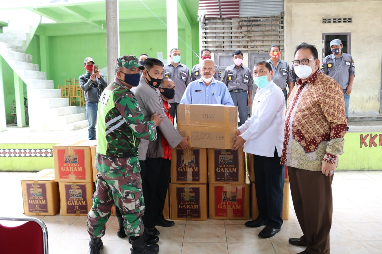 Ket foto : tampak Bupati Karo Terkelin Brahmana SH MH bersama Ketua DPRD Sumatera Utara Baskami Ginting memberikan  masker secara simbolis kepada Perwakilan Kecamatan Namanteran Kab Karo di Jambur pada Jumat (16/10) 2020 (Ist)