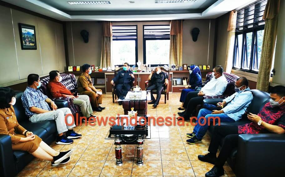 Ket foto : Bupati Karo Terkelin Brahmana SH MH saat menerima rombongan BPPD Provinsi Sumatera Utara di ruang kantor Bupati Karo dalam rapat lintas Kordinasi, Senin (19/10) 2020 (Ist)