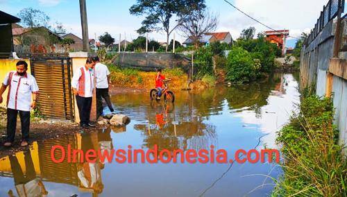 Bupati Karo bersama Kabid Bina Marga PUPR Hendra Mitcon Purba memantau lokasi jalan warga yang ditutupi Air di area lokasi Stadion Bola Samura Kabanjahe Kabupaten Karo