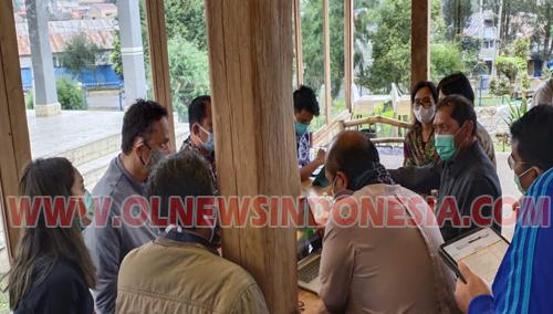 Bupati Karo Terkelin Brahmana SH MH saat berdiskusi bersama Deputi Bidang Koordinasi Pariwisata dan Ekonomi Kreatif Di Cafe Jabu Berastagi Kabupaten Karo, Jumat (09/10) 2020 (Ist)