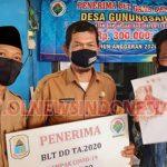 Ahim, Kepala Desa Gunungsari (berpeci hitam ) menyerahkan Secara Simbolis kepada KPM Desa Gunungsari, Kecamatan Banjarsari Kabupaten Lebak (Selasa 13/10/2020)