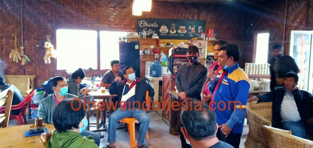 Ket foto : Komunitas warga Berastagi saat memberikan dukungan nya kepada Paslon nomor urut 1 di Cafe Ethanta Coffee jalan Djamin Ginting Berastagi Kabupaten Karo, Kamis sore (19/11) 2020 (Ist)