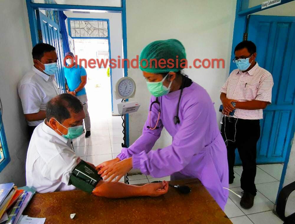 Ket foto  : Bupati Karo Terkelin Berahmana SH MH saat lakukan pengecekan tekanan darah sebelum lakukan donor darah di Rumah Sakit Umum Kabanjahe, Sabtu (21/11) 2020 (Ist)