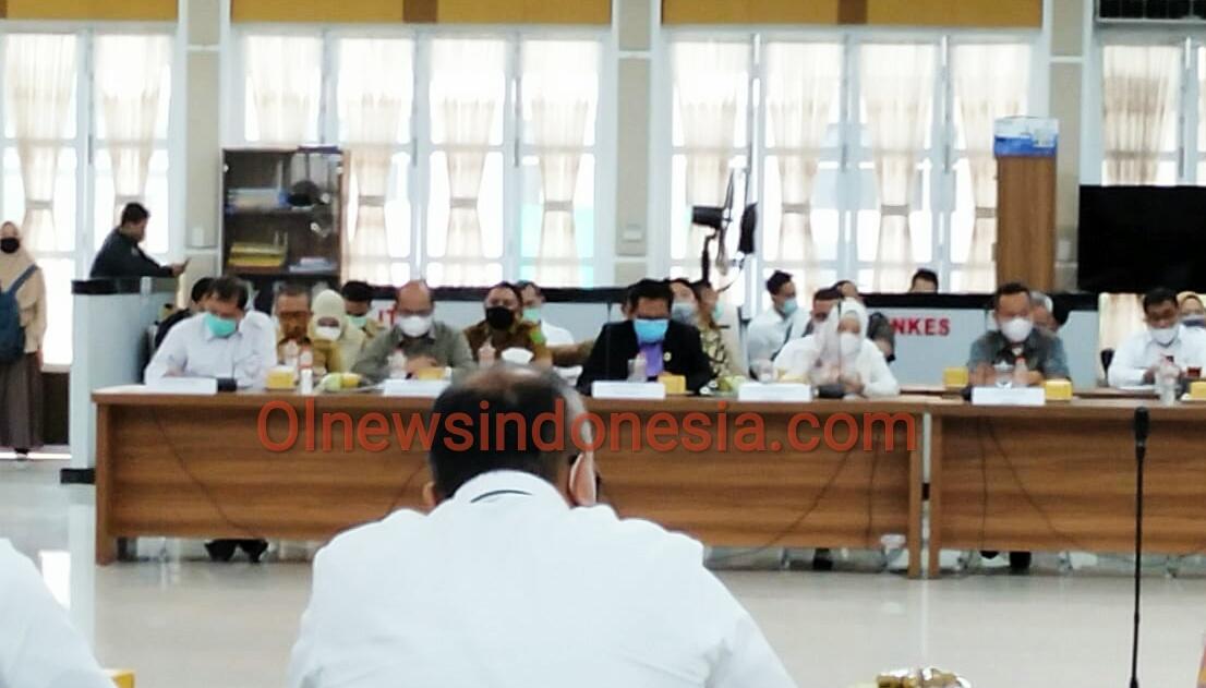 Ket foto  : Bupati Karo Terkelin Brahmana SH MH (kiri) saat mengikuti rapat komisi II DPR RI di Rumah Dinas Gubernur Sumatera Utara, Senin (23/11) 2020 (Ist).