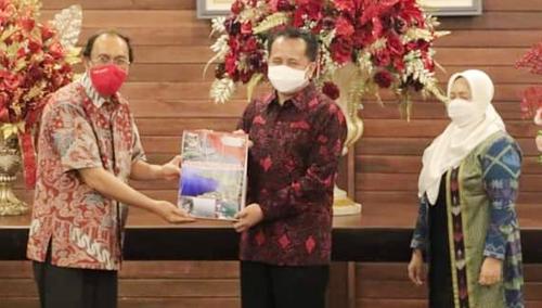 Bupati Minahasa, Dr. Ir. Royke Octavian Roring, M.Si menyerahkan Cindera Mata kepada Pejabat sementara (Pjs) Gubernur Sulawesi Utara, Dr. Drs. Agus Fatoni, MSi