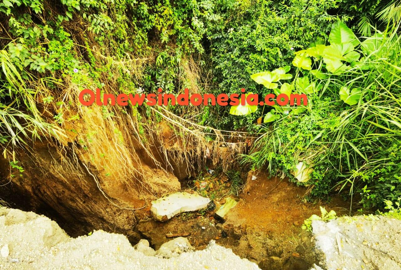 Ket foto  : jalan Ring Road  Rumka yang amblas akibat curah hujan yang yang tinggi, Kamis (14/01) 2021 (Ist)