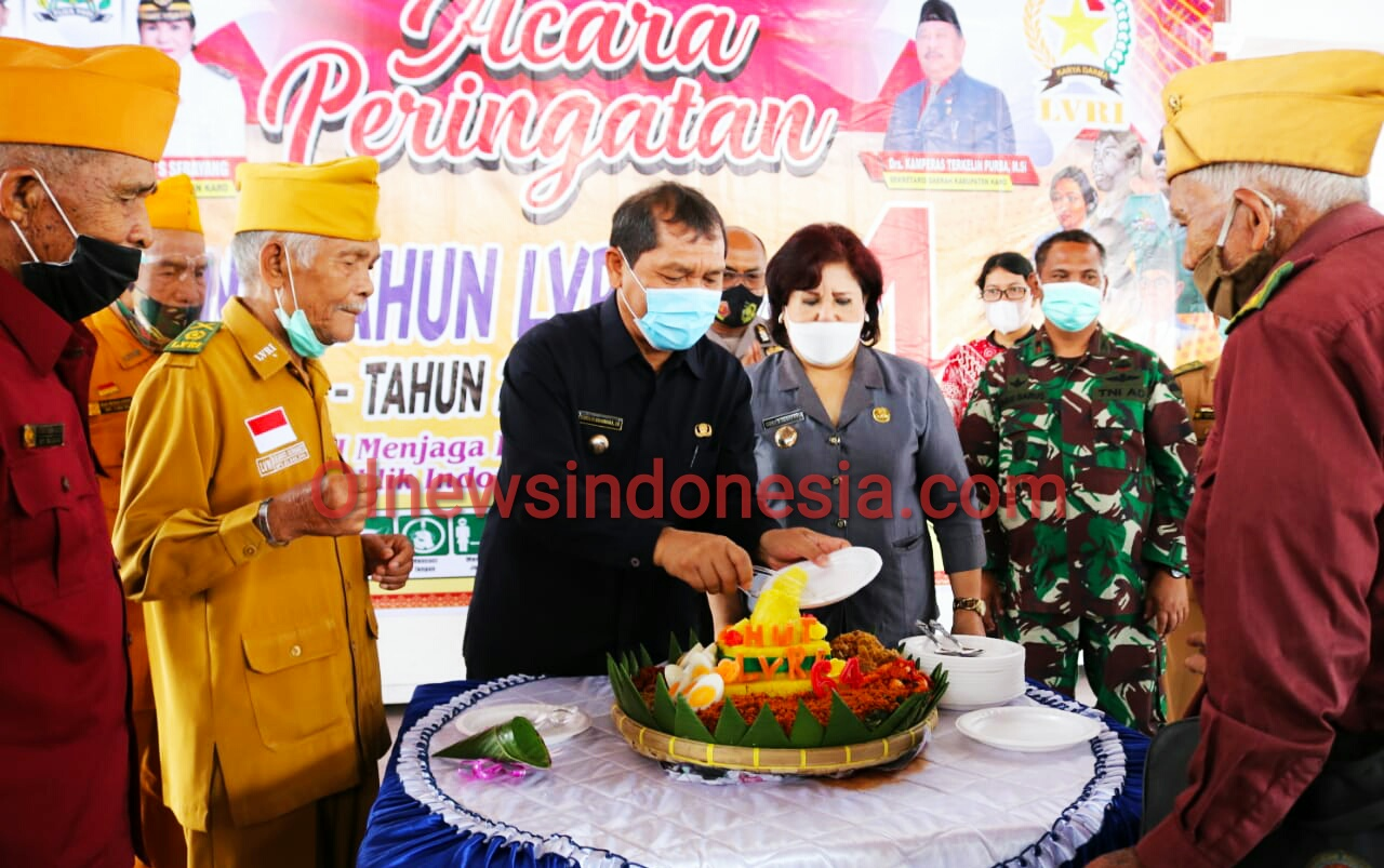 Ket foto : Tampak Bupati dan wakil Bupati Karo saat memberikan Kue kepada para Vetran Kabupaten Karo saat diacara HUT LVRI ke 64 di Pendopo Pemkab Karo, Jum'at (09/04) 2021 (Ist)